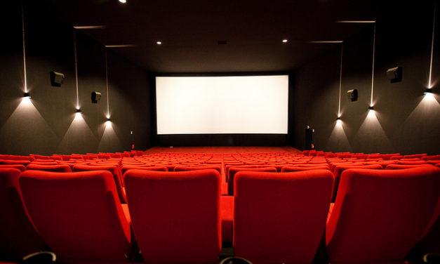 La película está a punto de empezar, no apaguen el móvil por favor.